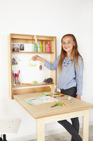 Bildno.: 11502462<br/><b>Feature: 11502433 - Folding Desk</b><br/>A great DIY project for a children&#39;s room -- a folding desk and chalk board<br />living4media / Selbermachen Media / Bordes, Christian