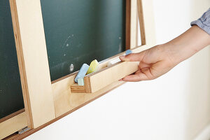 Bildno.: 11502464<br/><b>Feature: 11502433 - Folding Desk</b><br/>A great DIY project for a children&#39;s room -- a folding desk and chalk board<br />living4media / Selbermachen Media / Bordes, Christian