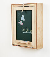 Bildno.: 11502466<br/><b>Feature: 11502433 - Folding Desk</b><br/>A great DIY project for a children&#39;s room -- a folding desk and chalk board<br />living4media / Selbermachen Media / Bordes, Christian
