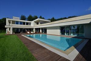Bildnr.: 11507126<br/><b>Feature: 11507124 - Nah am Wasser</b><br/>Luxus-Anwesen: Hier kann man fast vom Pool in den See springen, Lago Maggiore<br />living4media / Maulini, Pier