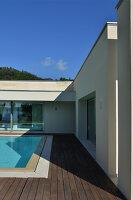 Bildnr.: 11507128<br/><b>Feature: 11507124 - Nah am Wasser</b><br/>Luxus-Anwesen: Hier kann man fast vom Pool in den See springen, Lago Maggiore<br />living4media / Maulini, Pier