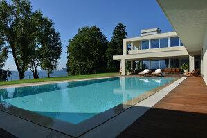 Bildnr.: 11507130<br/><b>Feature: 11507124 - Nah am Wasser</b><br/>Luxus-Anwesen: Hier kann man fast vom Pool in den See springen, Lago Maggiore<br />living4media / Maulini, Pier