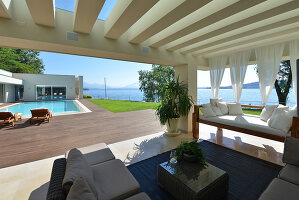 Bildnr.: 11507140<br/><b>Feature: 11507124 - Nah am Wasser</b><br/>Luxus-Anwesen: Hier kann man fast vom Pool in den See springen, Lago Maggiore<br />living4media / Maulini, Pier