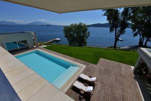 Bildnr.: 11507144<br/><b>Feature: 11507124 - Nah am Wasser</b><br/>Luxus-Anwesen: Hier kann man fast vom Pool in den See springen, Lago Maggiore<br />living4media / Maulini, Pier