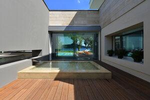 Bildnr.: 11507162<br/><b>Feature: 11507124 - Nah am Wasser</b><br/>Luxus-Anwesen: Hier kann man fast vom Pool in den See springen, Lago Maggiore<br />living4media / Maulini, Pier