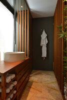 Bildnr.: 11507174<br/><b>Feature: 11507124 - Nah am Wasser</b><br/>Luxus-Anwesen: Hier kann man fast vom Pool in den See springen, Lago Maggiore<br />living4media / Maulini, Pier