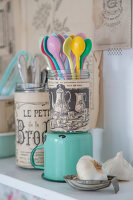 Bildno.: 11508746<br/><b>Feature: 11508741 - Catching the Eye</b><br/>DIY project using vintage French paper products<br />living4media / Syl Loves