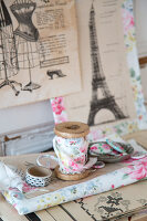 Bildno.: 11508750<br/><b>Feature: 11508741 - Catching the Eye</b><br/>DIY project using vintage French paper products<br />living4media / Syl Loves