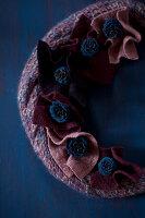 Bildnr.: 11515574<br/><b>Feature: 11515567 - K&#246;nigsblau und Bordeauxrot</b><br/>Winterliche Deko mit kr&#228;ftigen dunklen Farben und Filz<br />living4media / Koll, Alicja