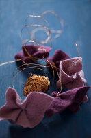 Bildnr.: 11515584<br/><b>Feature: 11515567 - K&#246;nigsblau und Bordeauxrot</b><br/>Winterliche Deko mit kr&#228;ftigen dunklen Farben und Filz<br />living4media / Koll, Alicja