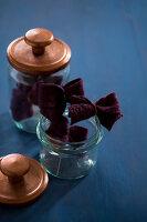 Bildnr.: 11515588<br/><b>Feature: 11515567 - K&#246;nigsblau und Bordeauxrot</b><br/>Winterliche Deko mit kr&#228;ftigen dunklen Farben und Filz<br />living4media / Koll, Alicja