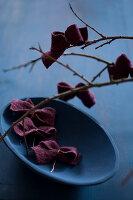 Bildnr.: 11515592<br/><b>Feature: 11515567 - K&#246;nigsblau und Bordeauxrot</b><br/>Winterliche Deko mit kr&#228;ftigen dunklen Farben und Filz<br />living4media / Koll, Alicja