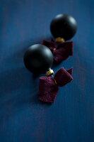 Bildnr.: 11515594<br/><b>Feature: 11515567 - K&#246;nigsblau und Bordeauxrot</b><br/>Winterliche Deko mit kr&#228;ftigen dunklen Farben und Filz<br />living4media / Koll, Alicja
