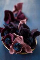 Bildnr.: 11515604<br/><b>Feature: 11515567 - K&#246;nigsblau und Bordeauxrot</b><br/>Winterliche Deko mit kr&#228;ftigen dunklen Farben und Filz<br />living4media / Koll, Alicja