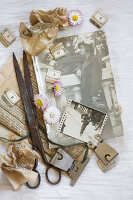 Bildnr.: 11948044<br/><b>Feature: 11948017 - Vintage-Fr&#252;hling</b><br/>Stillleben aus Heute &amp; Gestern, Blumen, Fotos und Kuchen<br />living4media / Koll, Alicja