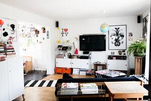 Bildno.: 11949558<br/><b>Feature: 11949534 - Jennie&#39;s Playhouse</b><br/>An artist&#39;s home in Varberg, Sweden spills over with joie de vivre<br />living4media / Brandt, Jenny
