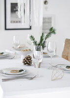Bildno.: 11950760<br/><b>Feature: 11950758 - Minimalist Christmas Decorations</b><br/>Natural touches add a distinctive note to a dinner table<br />living4media / Dimmich, Agata