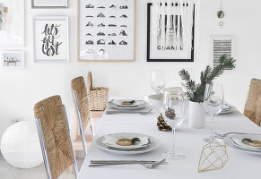 Bildno.: 11950762<br/><b>Feature: 11950758 - Minimalist Christmas Decorations</b><br/>Natural touches add a distinctive note to a dinner table<br />living4media / Dimmich, Agata