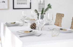 Bildno.: 11950776<br/><b>Feature: 11950758 - Minimalist Christmas Decorations</b><br/>Natural touches add a distinctive note to a dinner table<br />living4media / Dimmich, Agata
