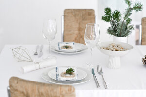 Bildno.: 11950780<br/><b>Feature: 11950758 - Minimalist Christmas Decorations</b><br/>Natural touches add a distinctive note to a dinner table<br />living4media / Dimmich, Agata