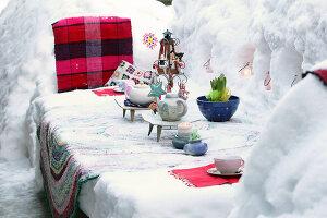 Bildnr.: 11952528<br/><b>Feature: 11952521 - Teekr&#228;nzchen im Schnee</b><br/>Dick eingepackt mit vielen Kerzen und hei&#223;em Punsch wird die Outdoor Teestunde zum Genuss<br />living4media / K&#252;barsepp, Juta