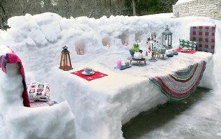 Bildnr.: 11952530<br/><b>Feature: 11952521 - Teekr&#228;nzchen im Schnee</b><br/>Dick eingepackt mit vielen Kerzen und hei&#223;em Punsch wird die Outdoor Teestunde zum Genuss<br />living4media / K&#252;barsepp, Juta