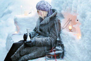 Bildnr.: 11953236<br/><b>Feature: 11952521 - Teekr&#228;nzchen im Schnee</b><br/>Dick eingepackt mit vielen Kerzen und hei&#223;em Punsch wird die Outdoor Teestunde zum Genuss<br />living4media / K&#252;barsepp, Juta