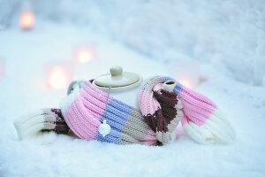 Bildnr.: 11953242<br/><b>Feature: 11952521 - Teekr&#228;nzchen im Schnee</b><br/>Dick eingepackt mit vielen Kerzen und hei&#223;em Punsch wird die Outdoor Teestunde zum Genuss<br />living4media / K&#252;barsepp, Juta