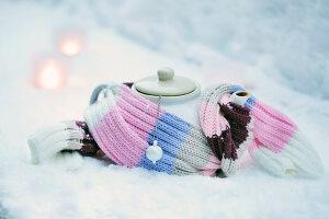Bildnr.: 11953246<br/><b>Feature: 11952521 - Teekr&#228;nzchen im Schnee</b><br/>Dick eingepackt mit vielen Kerzen und hei&#223;em Punsch wird die Outdoor Teestunde zum Genuss<br />living4media / K&#252;barsepp, Juta