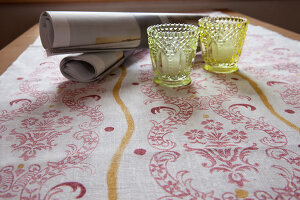 Bildno.: 11972522<br/><b>Feature: 11972495 - Patterns Galore</b><br/>Using rollers to re-create historic patterns<br />living4media / Craven, Dorothea