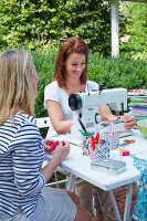 Zdjęcie numer: 11972590<br/><b>Feature: 11972576 - Sewing Party</b><br/>Invite friends for a sewing party outdoors<br />living4media / Jalag / Szczepaniak, Olaf