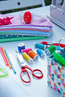 Zdjęcie numer: 11972596<br/><b>Feature: 11972576 - Sewing Party</b><br/>Invite friends for a sewing party outdoors<br />living4media / Jalag / Szczepaniak, Olaf