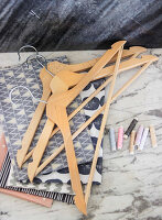 Bildno.: 11978340<br/><b>Feature: 11978339 - Decorated Hangers</b><br/>DIY instructions for pepping up boring clothes hangers<br />living4media / Algermissen, Astrid