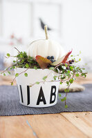 Bildno.: 11979186<br/><b>Feature: 11979179 - New Autumn Colours</b><br/>A new look for autumn decoration: a table in white<br />living4media / Algermissen, Astrid