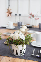 Bildno.: 11979194<br/><b>Feature: 11979179 - New Autumn Colours</b><br/>A new look for autumn decoration: a table in white<br />living4media / Algermissen, Astrid