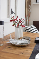 Bildno.: 11979198<br/><b>Feature: 11979179 - New Autumn Colours</b><br/>A new look for autumn decoration: a table in white<br />living4media / Algermissen, Astrid