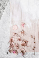 Immagine N°: 11988784<br/><b>Feature: 11988768 - Garden Inspiration</b><br/>Pastel flower shades reflected on D-I-Y dyed fabrics<br />living4media / Dimmich, Agata