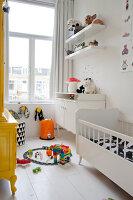 Bildnr.: 11990762<br/><b>Feature: 11990718 - Pure Lebensfreude</b><br/>Bea und ihre Familie lieben es bunt. Viel Wei&#223; ist die perfekte Leinwand. Leuwarden, NL<br />living4media / Isaksson, Camilla