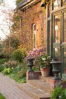 Bildno.: 12084110<br/><b>Feature: 12084103 - Shrubbery Deluxe</b><br/>Blooming garden in L&#246;hne, Germany<br />living4media / Pietrek, Sibylle