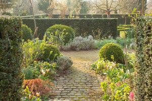 Bildno.: 12084112<br/><b>Feature: 12084103 - Shrubbery Deluxe</b><br/>Blooming garden in L&#246;hne, Germany<br />living4media / Pietrek, Sibylle