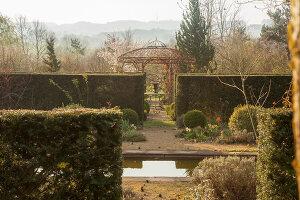 Bildno.: 12084114<br/><b>Feature: 12084103 - Shrubbery Deluxe</b><br/>Blooming garden in L&#246;hne, Germany<br />living4media / Pietrek, Sibylle