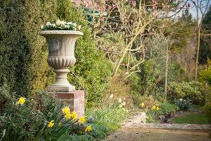 Bildno.: 12084122<br/><b>Feature: 12084103 - Shrubbery Deluxe</b><br/>Blooming garden in L&#246;hne, Germany<br />living4media / Pietrek, Sibylle