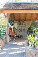 Immagine N°: 12100920<br/><b>Feature: 12100906 - A Place for Spring</b><br/>Covered area can provide a special place in the garden<br />living4media / Herwig, Modeste