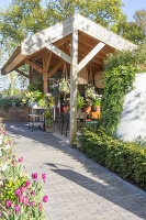 Immagine N°: 12100922<br/><b>Feature: 12100906 - A Place for Spring</b><br/>Covered area can provide a special place in the garden<br />living4media / Herwig, Modeste