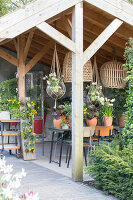 Immagine N°: 12100926<br/><b>Feature: 12100906 - A Place for Spring</b><br/>Covered area can provide a special place in the garden<br />living4media / Herwig, Modeste