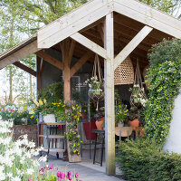 Immagine N°: 12100928<br/><b>Feature: 12100906 - A Place for Spring</b><br/>Covered area can provide a special place in the garden<br />living4media / Herwig, Modeste
