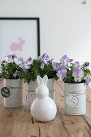 Bildno.: 12313264<br/><b>Feature: 12313229 - Tinned Pleasure</b><br/>Recycle food tins to create pastel coloured planters<br />living4media / Algermissen, Astrid