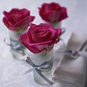 tischdeko mit roten rosen in gl sern living4media. Black Bedroom Furniture Sets. Home Design Ideas