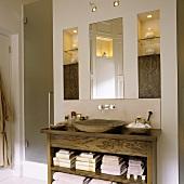 Holzwaschtisch mit rustikaler holzschale und spiegel neben beleuchtetem einbauregal living4media - Rustikaler spiegel ...
