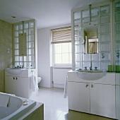 waschbecken neben spiegelschrank im bad living4media. Black Bedroom Furniture Sets. Home Design Ideas